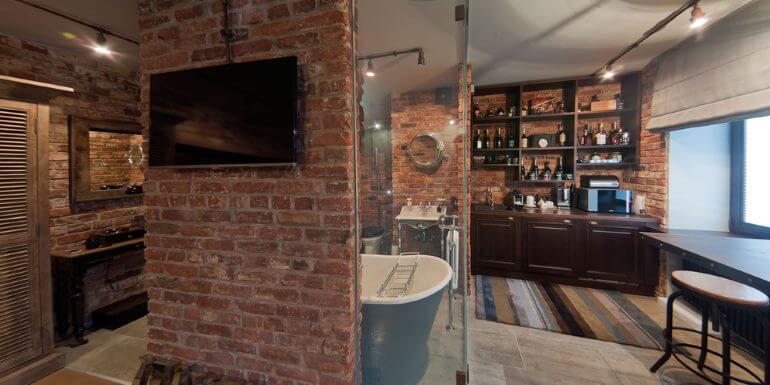 Прозрачная стена и барный стул