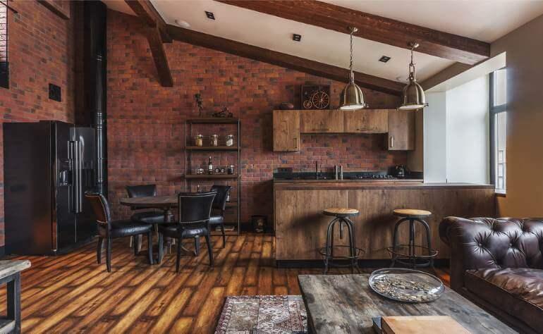 Потолок под наклоном и деревянный пол