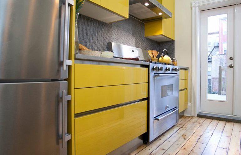 В небольшие кухни прекрасно вписываются гарнитуры в стиле минимализма