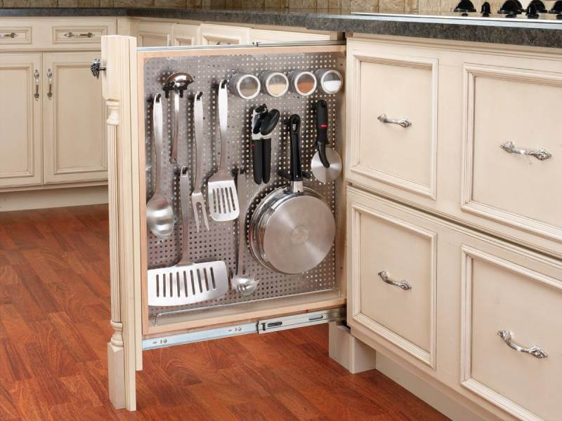Узкое место между модулями можно использовать для размещения столовых приборов и специй на вертикальной панели