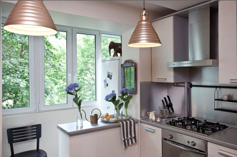 При объединении кухни с балконом можно оставить небольшую часть стены в качестве барной стойки
