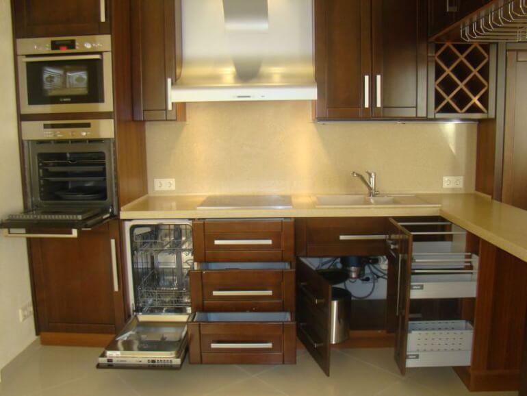 Кухонный гарнитур должен быть компактным и удобным, что проще совместить в индивидуальном решении на заказ под ваши размеры