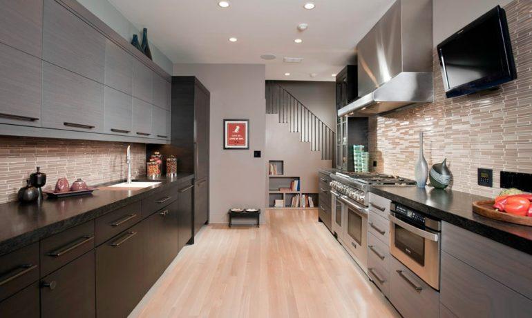 Двухрядная  планировка позволяет организовать на кухне дополнительные рабочие зоны и места хранения