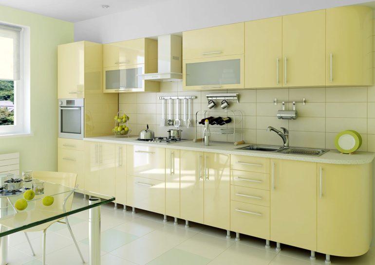 Кухонный гарнитур линейного типа располагается вдоль одной стены, оставляя противоположную сторону помещения свободной для других целей