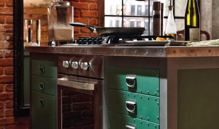 Стол для приготовления пищи напоминает гаражный верстак