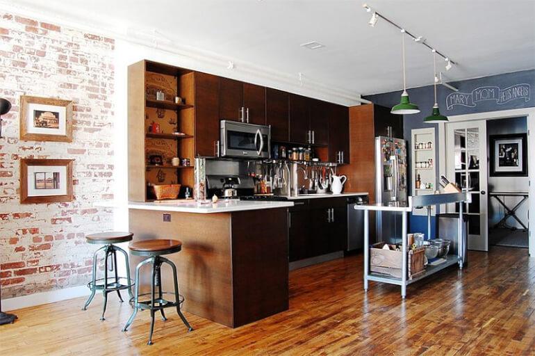 Барная стойка и отдельный стол для готовки