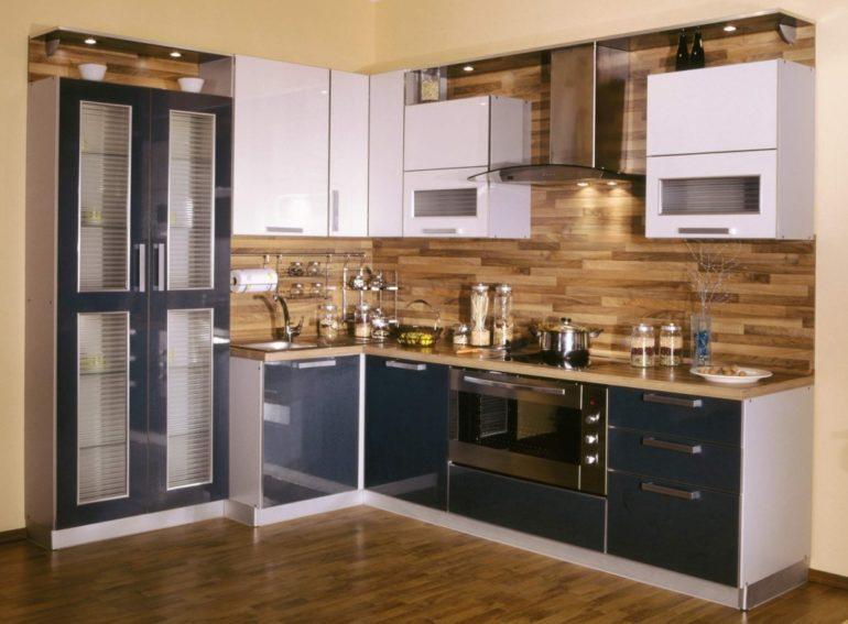 Угловая модификация кухонного гарнитура – подходящий вариант для стесненного помещения
