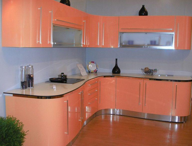 Розовый фасад и встроенная варочная панель