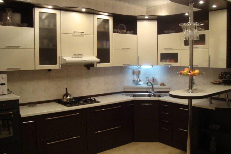 Идеальная планировка кухонной мебели позволит по максимуму задействовать угловое пространство