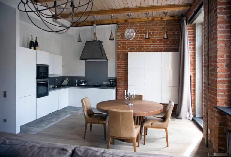 Плитка на стене и круглый стол