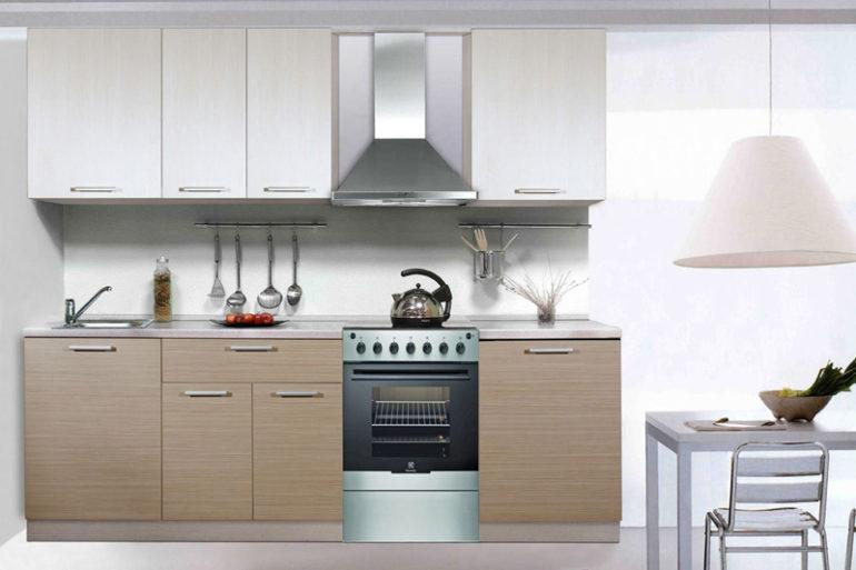 Малогабаритную кухню разумнее обставлять мебелью, имеющей простую планировку