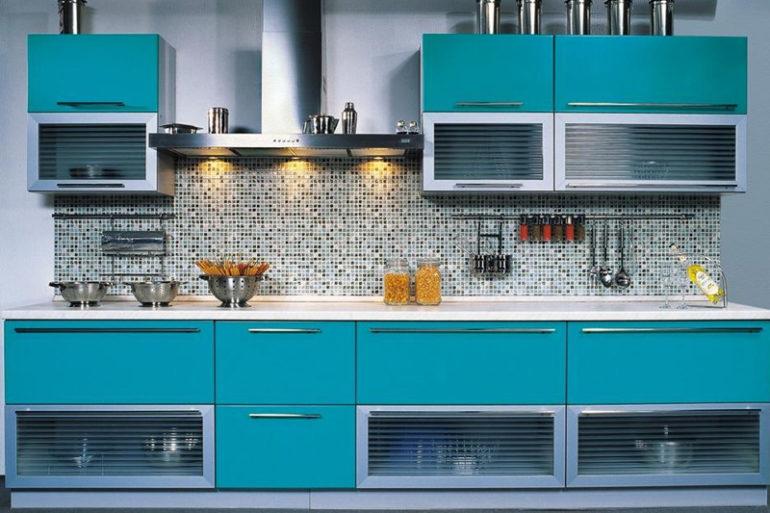Владельцам небольших кухонных помещений необходимо продумывать дизайн с целью максимально полного использования пространства от пола до потолка