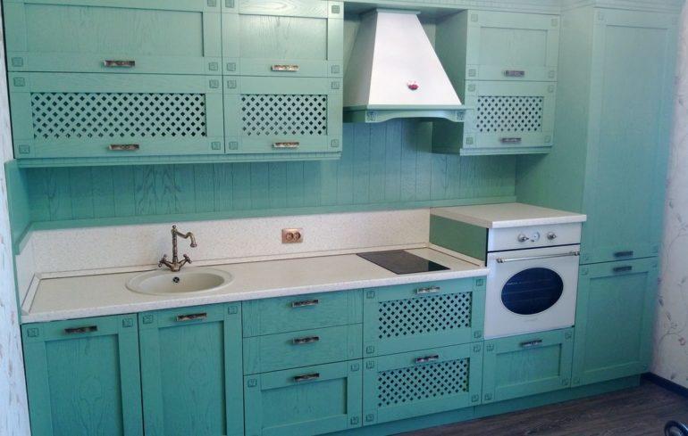 Прямая кухня в стиле прованс с отделкой фасада шпоном бирюзового оттенка