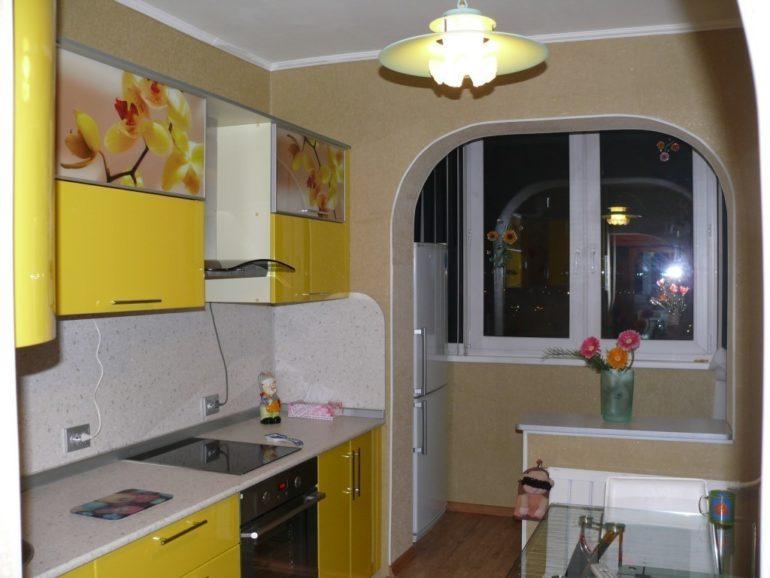 Дверной проем между кухней и балконом можно расширить и сделать его арочным, что придаст помещению особый шарм