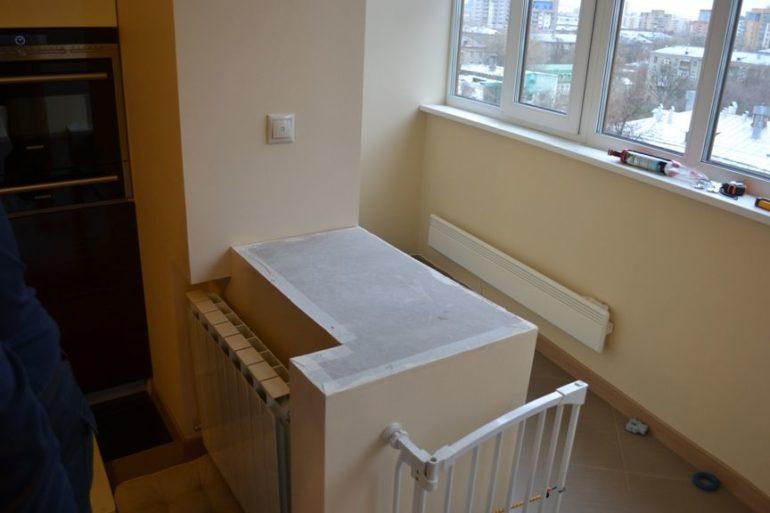 Проем между кухней и балконом, подготовленный для установки столешницы