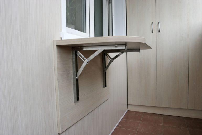 Откидной столик вы будите использовать только при необходимости, а в остальное время конструкция складывается вдоль стены и не мешает использовать балкон для других целей