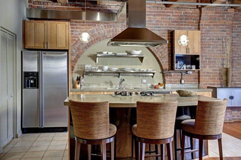 В интерьер кухни могут удачно вписываться стулья из дерева, пластика и металла, всё зависит от использованных в отделке помещения материалов и цветов