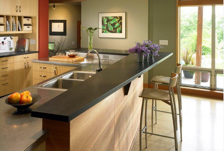 Барная стойка может органично вписаться в интерьер современной кухни или стать её акцентом, лаконично изменив образ помещения