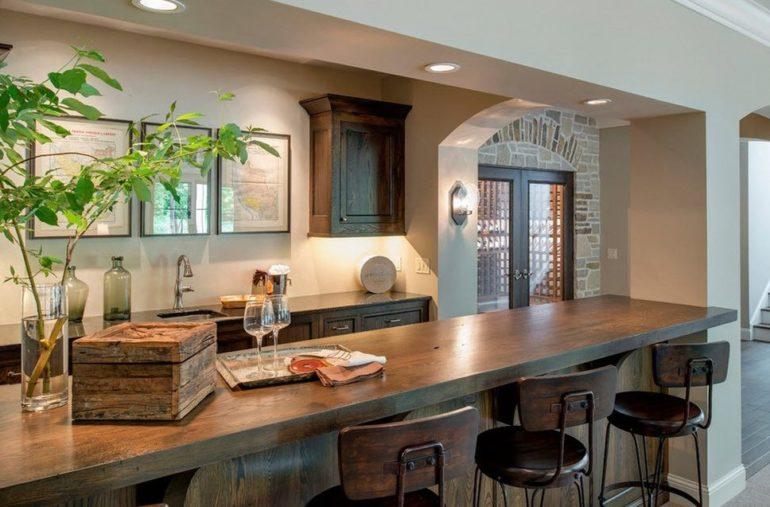 Если средства позволяют, барную стойку можно сделать из ценных пород древесины, натурального камня или стекла