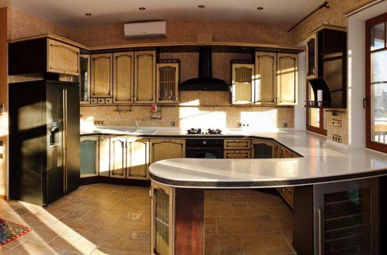 Комбинированный вариант сочетает в одной конструкции кухонный стол и барную стойку, что экономит пространство и выглядит стильно