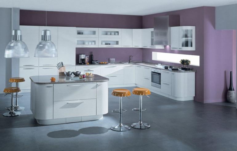 Барная стойка в центре – вариант для хозяев просторных кухонных помещений
