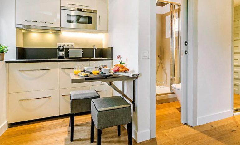 Откидная стойка – отличный вариант экономии для небольшой кухни