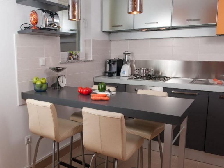 На маленькой кухне барная стойка успешно заменяет обеденный стол
