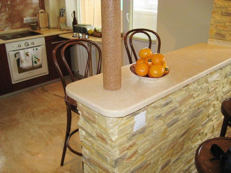 Основа этой самодельной барной стойки выполнена из гипсокартона и оцинкованного профиля