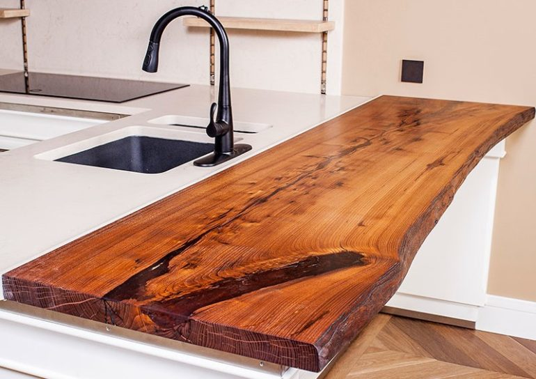 Древесина – универсальный материал, из которого можно сделать барную столешницу для любого интерьера