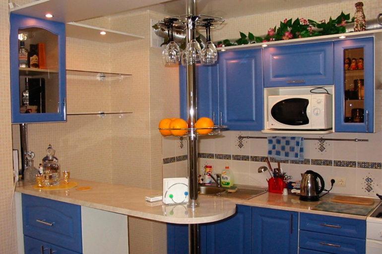 Барная стойка-перегородка разделяет кухню на зоны и может быть продолжением мебельного гарнитура