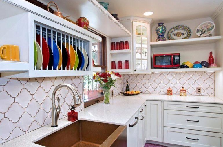 Разбавить однотонный интерьер помогает добавление ярких пятен в виде цветной посуды