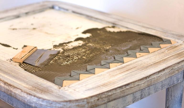 Чтобы скрыть торцы плиток, поверх столешницы положили дощечки