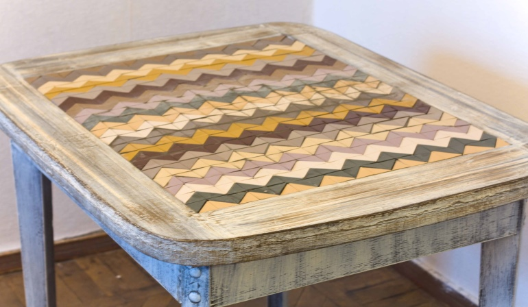 После высыхания клеевого состава затерли швы и покрыли лаком деревянные части стола