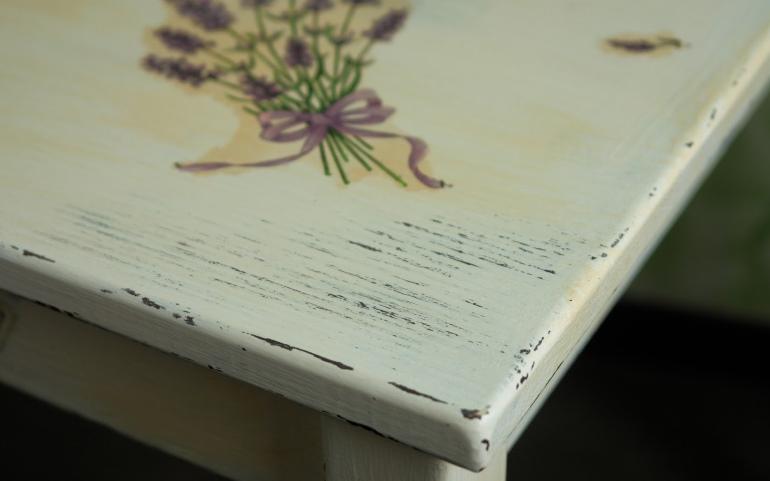 Эффект кракелюра придает мебели флирт старины и смотрится весьма стильно