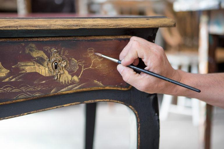 Рисовать на поверхностях стола можно от руки или с помощью разнообразных трафаретов