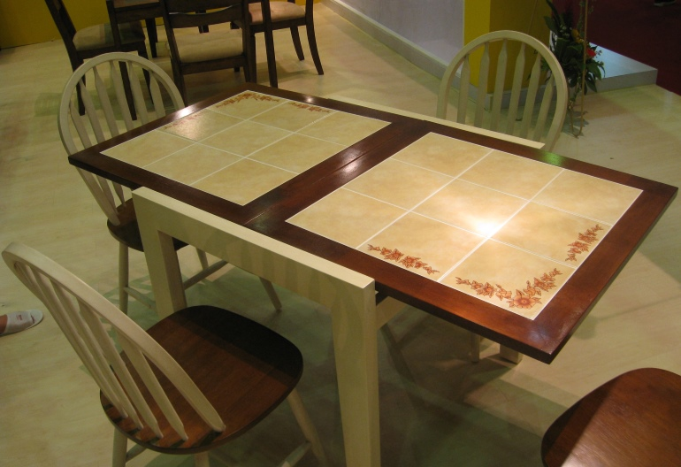 Покрытая керамической плиткой поверхность служит долго и не боится влаги и нагрева