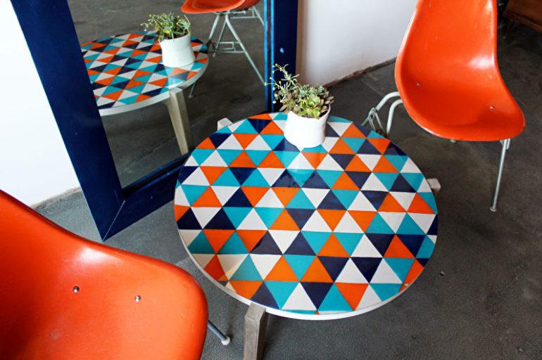Круглый столик и пластиковые стулья