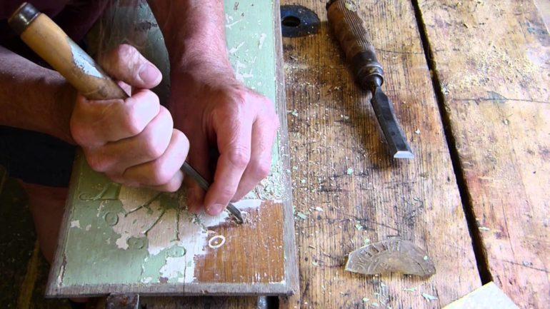 Перед реставрацией стол необходимо очистить от старой краски