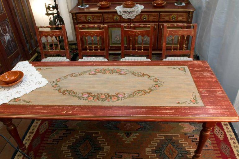 Художественная роспись столешницы из массива древесины