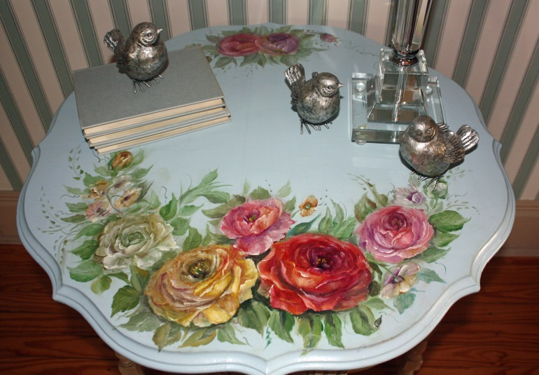 Декупаж – это творческий и совсем не сложный процесс, позволяющий отреставрировать старый стол и в корне изменить его внешний вид