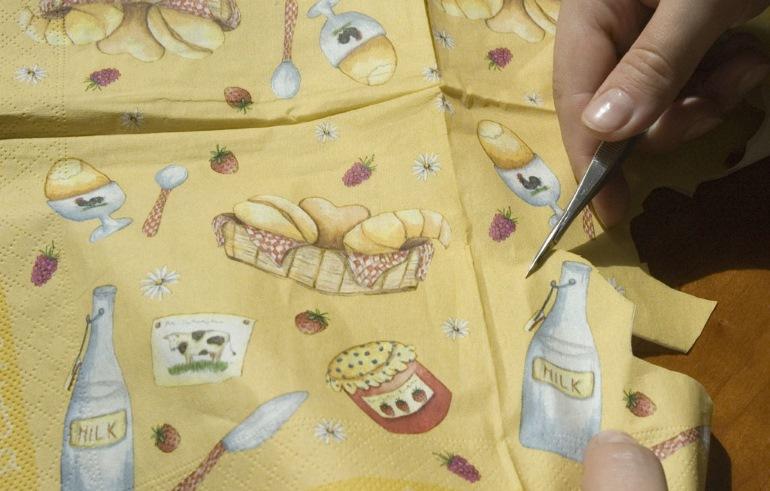 Вырезать салфетки лучше небольшими заостренными ножницами с закругленными концами