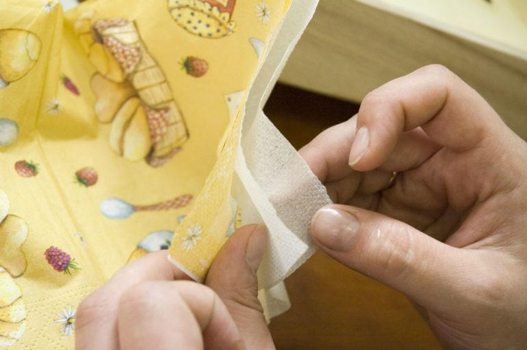 Сначала нужно отделить от салфетки тонкий верхний слой – именно он используется во время работы