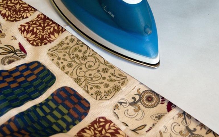 Покрываем ткань вощенной бумагой и проглаживаем утюгом