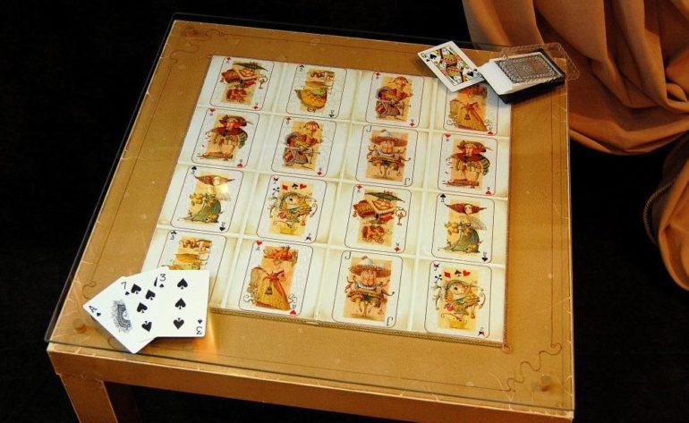 Декупаж журнального столика игральными картами