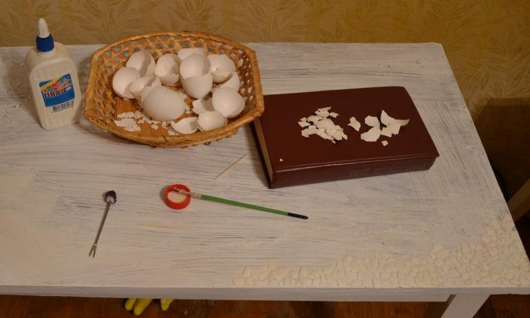 Выкладывание яичной мозаики на клей