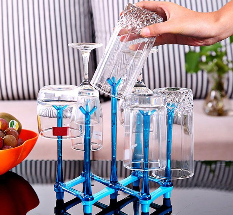 Простой держатель-подставка для бокалов, а как он легко придаёт особую изюминку интерьеру кухни