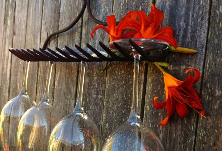 Самодельный держатель из старых граблей отлично подойдет для кухни в деревенском стиле