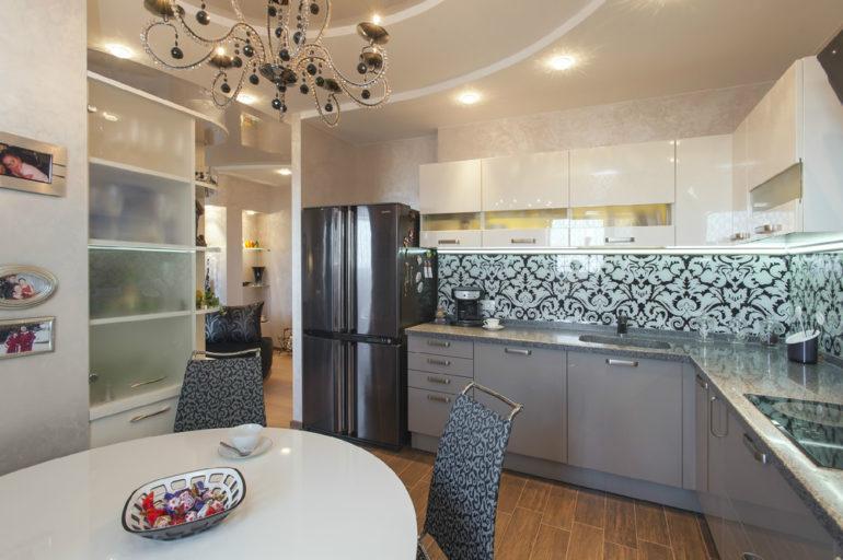 Яркий пример оформления кухни в современном стиле