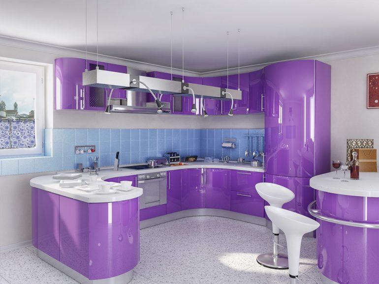 Фиолетовый глянец фасадов и белая столешница