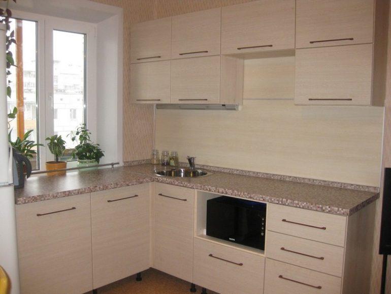 На маленькой кухне важно задействовать каждую поверхность, включая подоконник